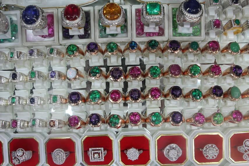 Aneka intan di Pasar Intan Martapura