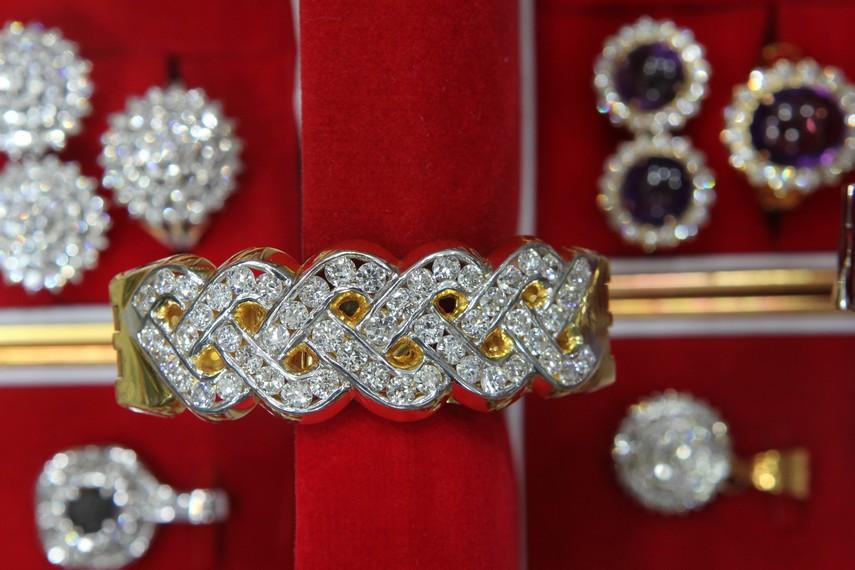 Aneka perhiasan di Pasar Intan Martapura