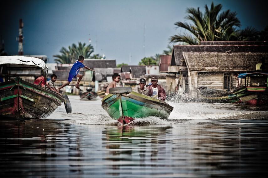 Kegiatan masyarakat di sepanjang sungai