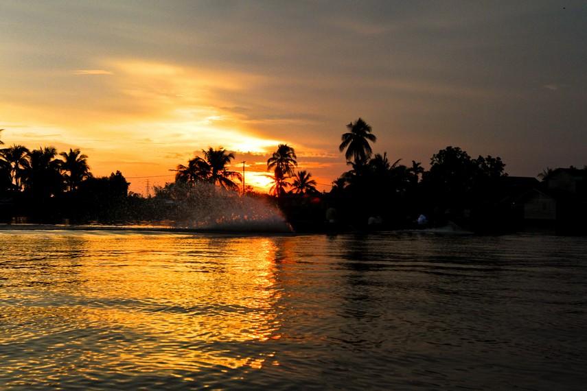 Senja di Sungai Kalimantan