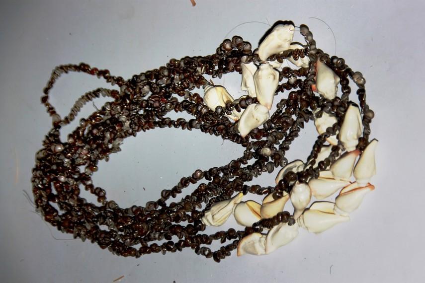 Kalung hasil produksi Suku Asmat mempunyai nilai estetis yang sangat tinggi, juga berpotensi menjadi barang bernilai ekonomis