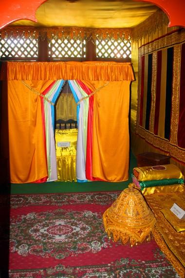 Kamar tidur Cut Nyak Dhien dan Teuku Umar, hampir semuanya adalah hasil rekonstruksi dari perabotan asli yang terbakar habis