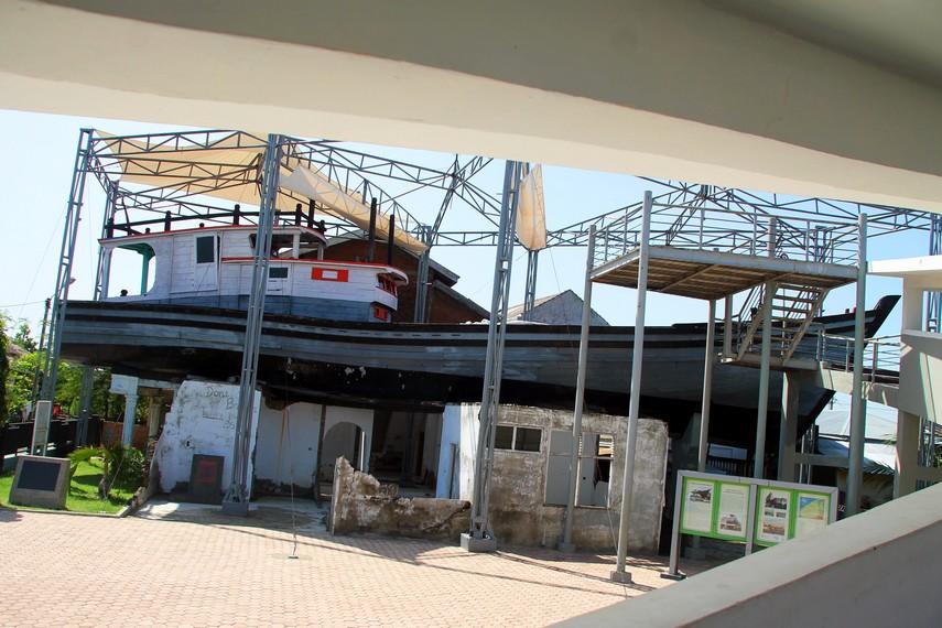Kapal Atas Rumah Lampulo memiliki panjang 25 m dan lebar 5,5 m