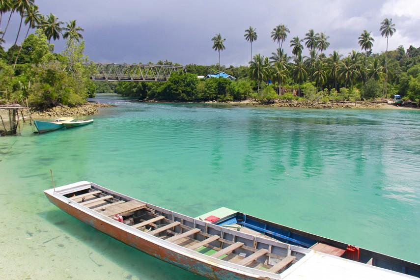 Kapal untuk penyebrangan ke spot Labuan Cermin (harga sewa 200.000 pulang-pergi)