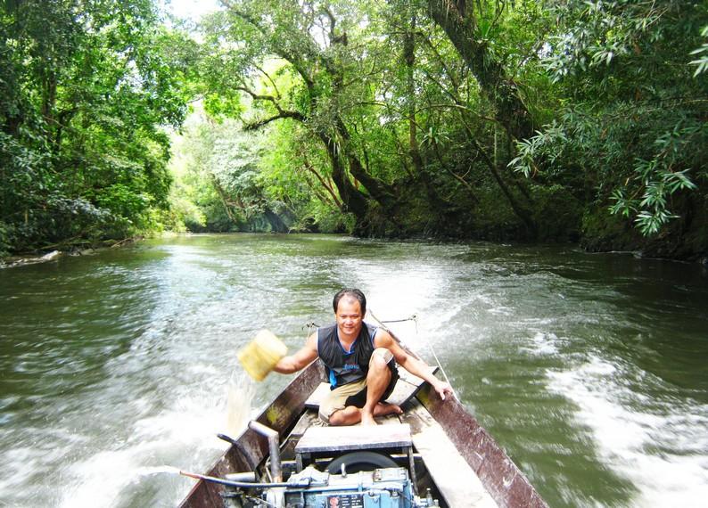 Kapal yang digunakan untuk mengarungi Sungai Melawi menuju Serawai, Jelundung dan Rantau Malam