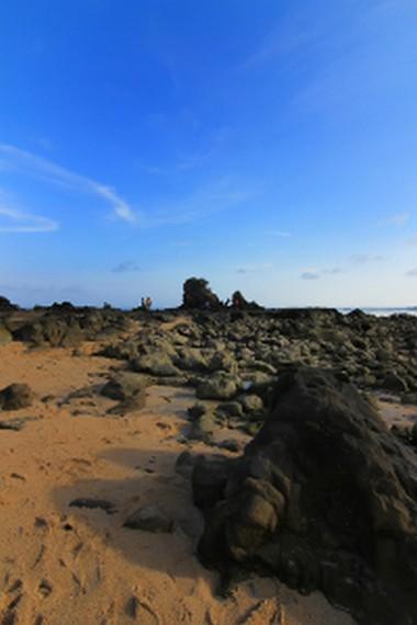 Karang-karang di Pantai Kuta yang terlihat saat air surut