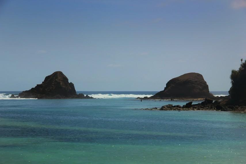 Karang yang berada di tengah pantai membuat ombak menjadi sangat tenang di tepi pantai