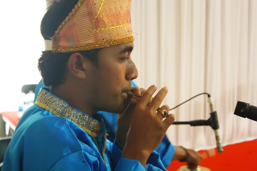 Karena nada yang dihasilkan terbatas, serunai hanya dimainkan pada upacara tertentu