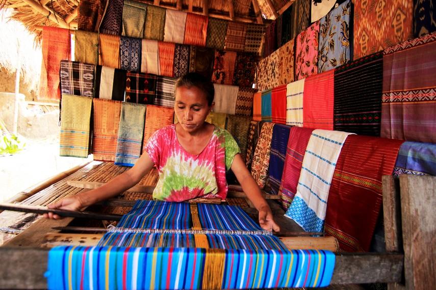 Kaum wanita di Lombok mendapat ilmu menenun yang diturunkan secara turun-temurun