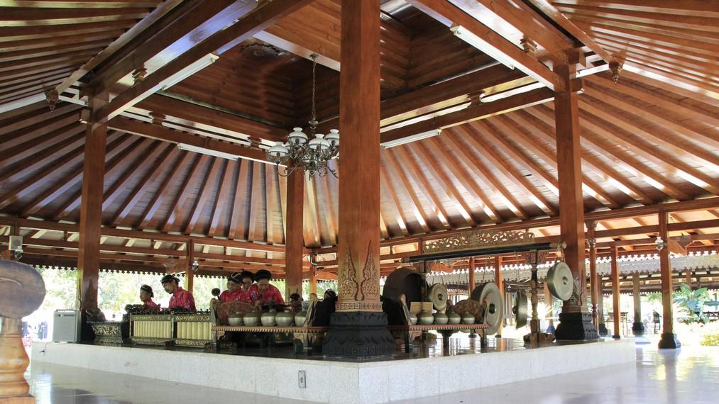 Keahlian bermain gamelan sudah dimiliki masyarakat di Jawa jauh sebelum adanya pengaruh hindu