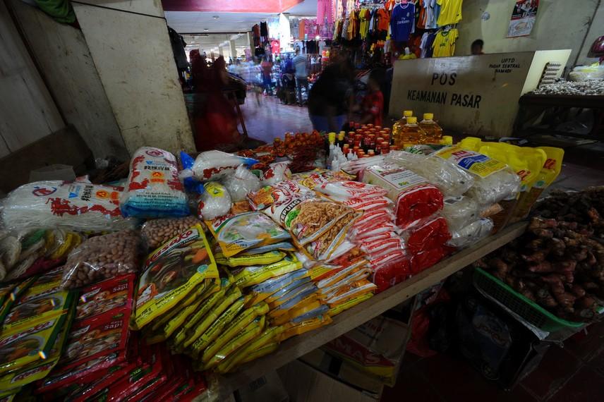 Kebutuhan-kebutuhan pokok yang dijual di Pasar Hamadi