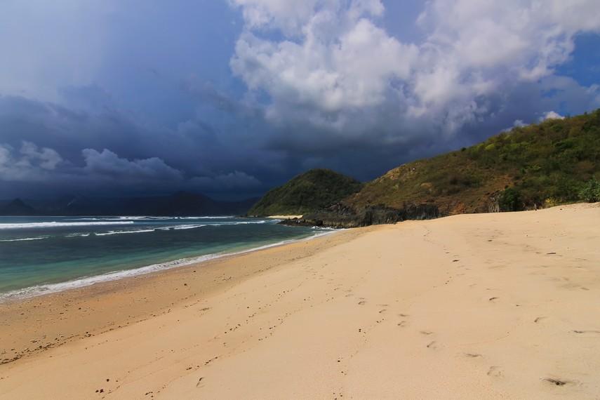 Kecantikan Pantai Mawi berlatar bukit yang membatasi sisi pantai