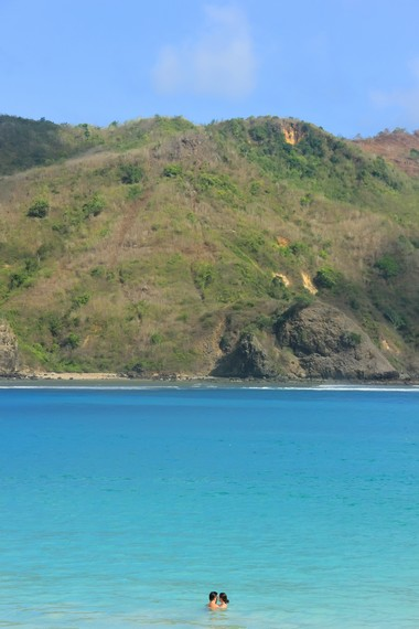 Kecantikan Pantai Mawun bahkan mengundang wisatwan mancanegara untuk berkunjung