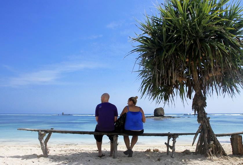 Kecantikan Pantai Seger mengundang wisatawan mancanegara untuk berkunjung ke sini