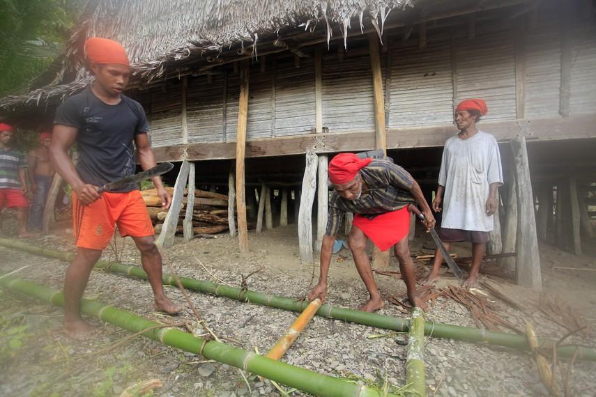 Kegiatan warga desa Naulu