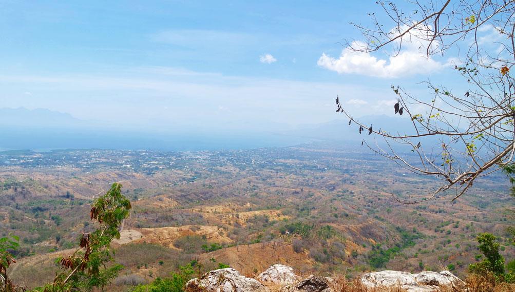 Keindahan kota pun bisa dilihat dari atas bukit ini. Bukan hanya hamparan Maumere, tapi birunya laut dan pegunungan dari kejauhan pun nampak
