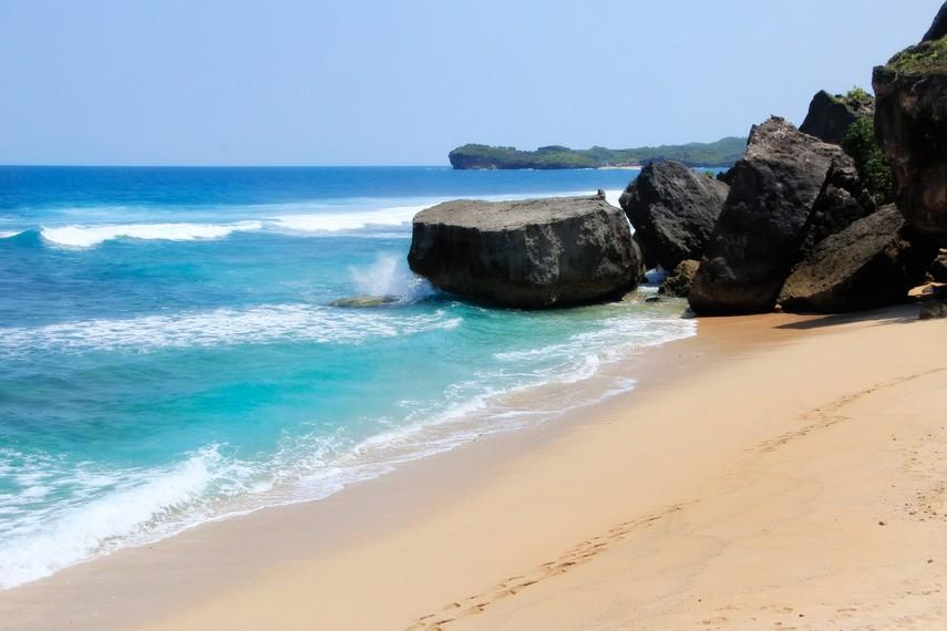 Keindahan Pantai Indrayanti membuat wisatawan betah berlama-lama berada di pantai ini