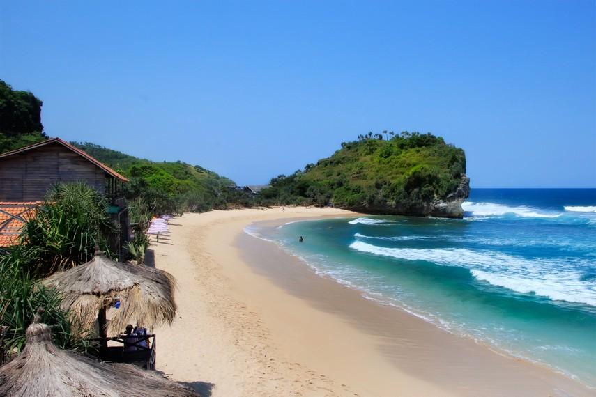 Keindahan Pantai Indrayanti yang dilihat dari atas menara yang ada di pantai ini