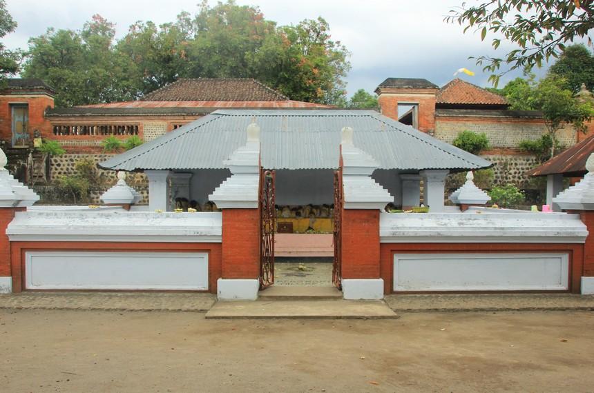 Kemaliq yang dijadikan tempat beribadah umat Hindu dan Islam di dalam area Pura Lingsar