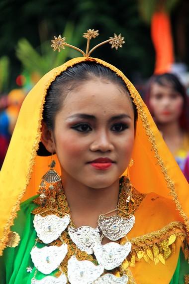 Kemiripan baju adat Sumbawa dengan baju Bodo disebabkan adanya hubungan erat antara Sumbawa dengan Makassar