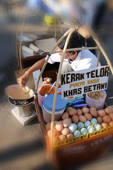 Kerak Telor salah satu kuliner khas Jakarta yang begitu digemari masyarakat