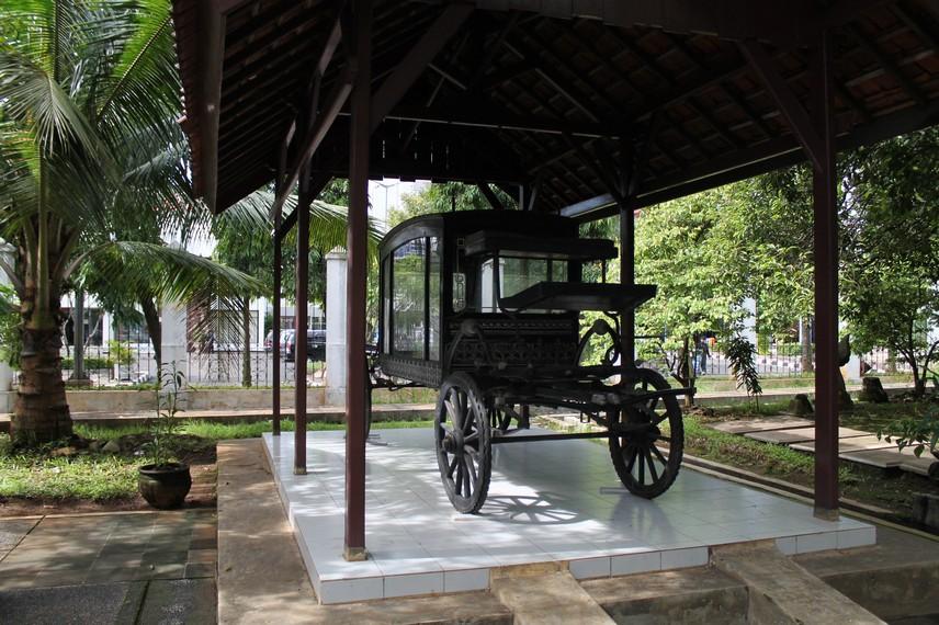 Kereta angkutan mayat dari kali krukut era 1800an