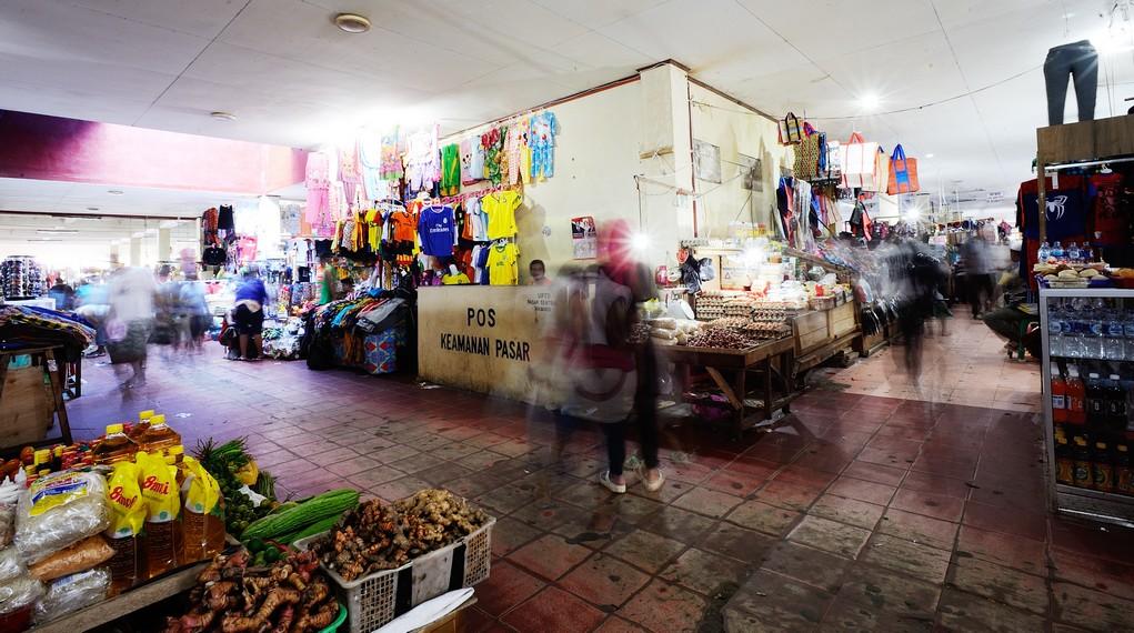 Kesibukan para pembeli dan penjual di Pasar Hamadi
