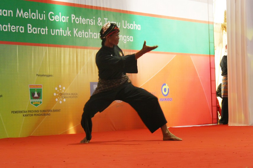 Keterampilan mempertahankan diri menjadi salah satu bekal yang harus dimiliki seorang pemuda Minangkabau