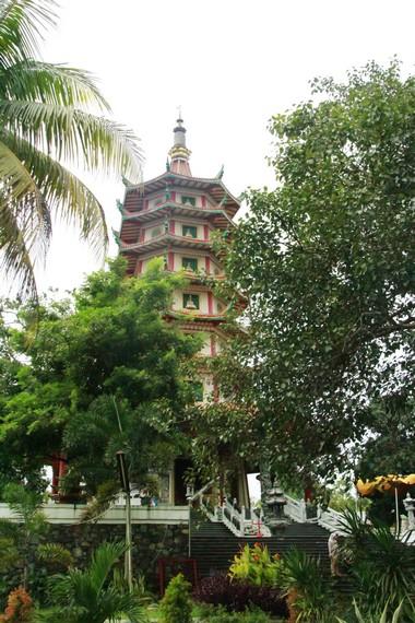 Ketinggian Pagoda Avalokitesvara Buddhagaya Watugong dilihat dari kejauhan