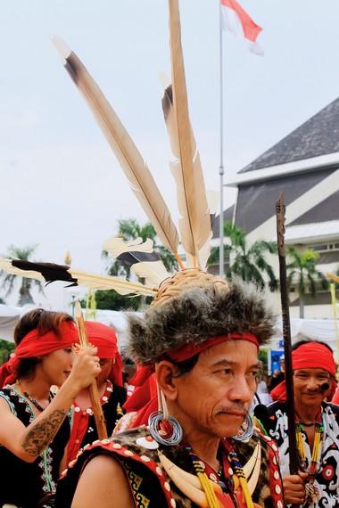 Ketua adat suku Dayak Bahau sedang memimpin ritual laliq ugal