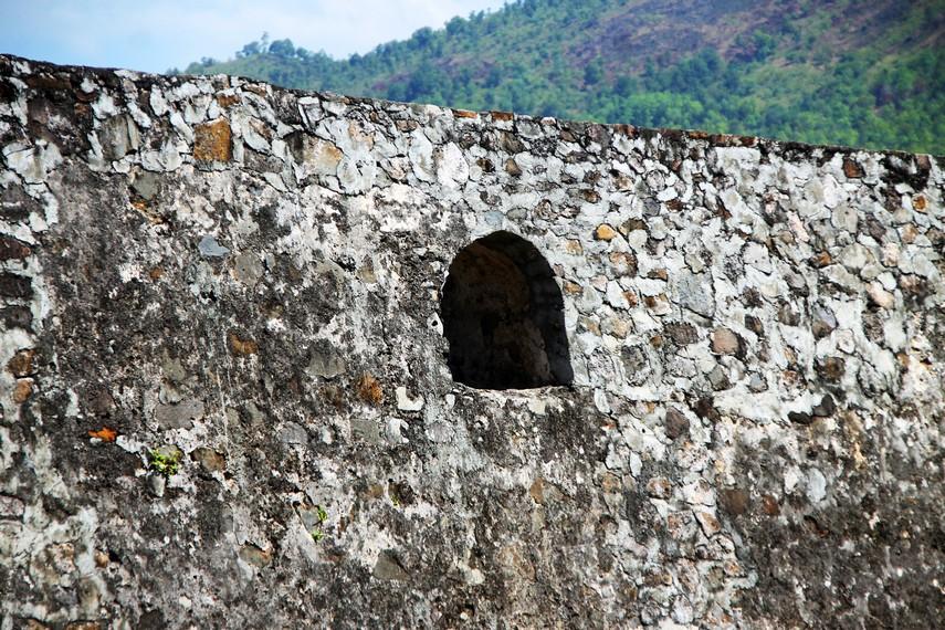 Keunikan benteng ini adalah tersusun dari batu gunung yang direkatkan dengan campuran batu kapur, kerang dan putih telur
