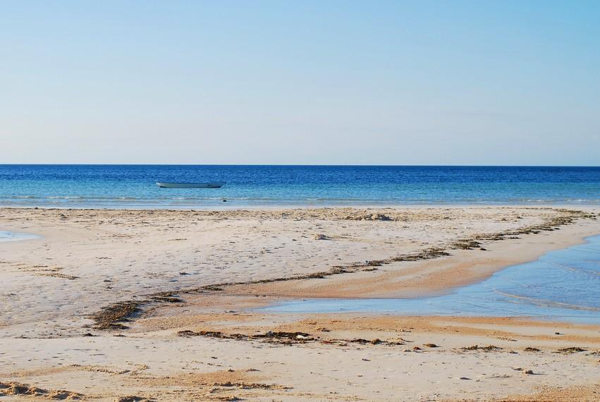 Keunikan lain dari Pantai Walakiri ini adalah terdapatnya 2 jenis tekstur pasir yang berbeda