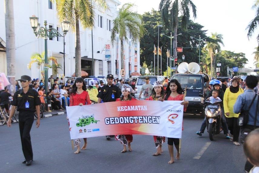 Kirab budaya ini menampilkan berbagai pakaian dan kesenian tradisional dari berbagai kecamatan yang ada di Yogyakarta