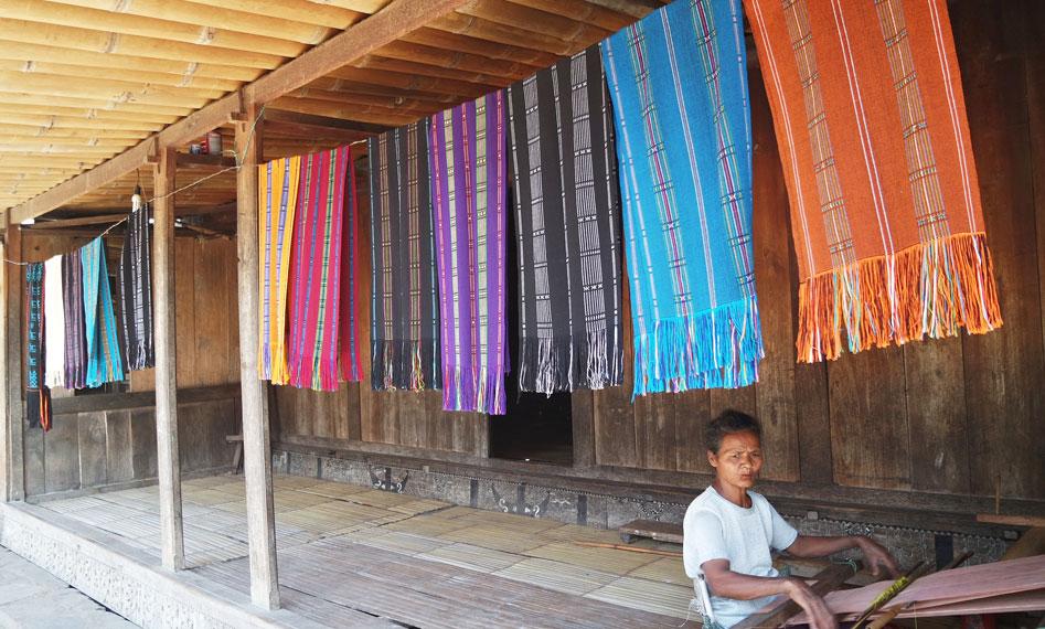 Kisaran harga kain dan syal Bena mulai dari 100.000 hingga 500.000 rupiah