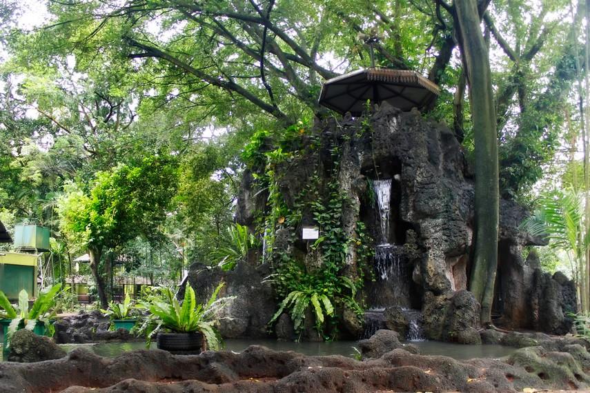 Kolam dengan air mancur yang berada di salah satu sudut di Kebun Binatang Ragunan