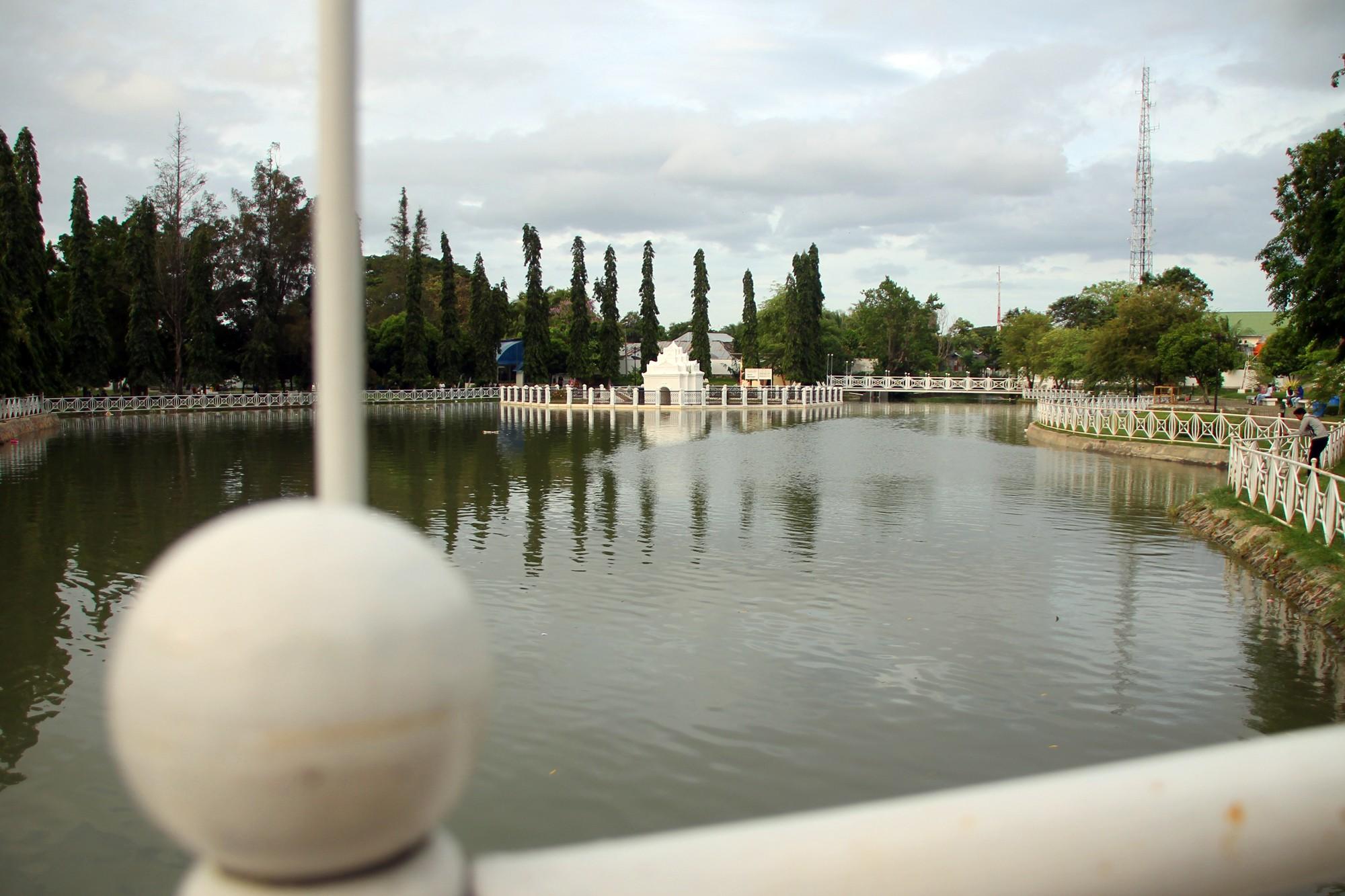 Kolam di tengah Taman Putroe Phang yang konon sengaja dibuat atas permintaan Putri Kamaliah