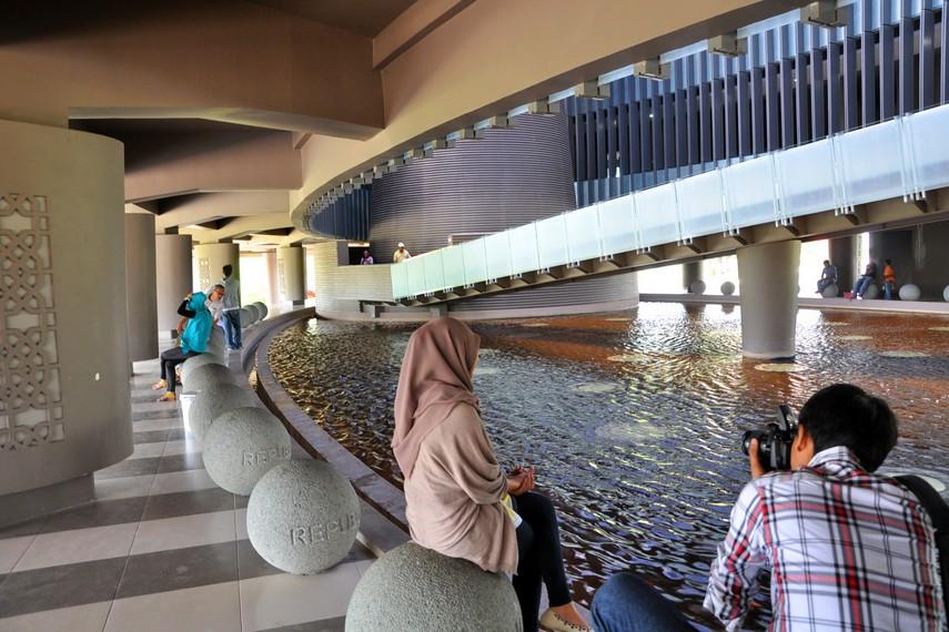 Kolam ikan di lantai dasar Museum Tsunami, berfungsi sebagai ruang terbuka bagi pengunjung