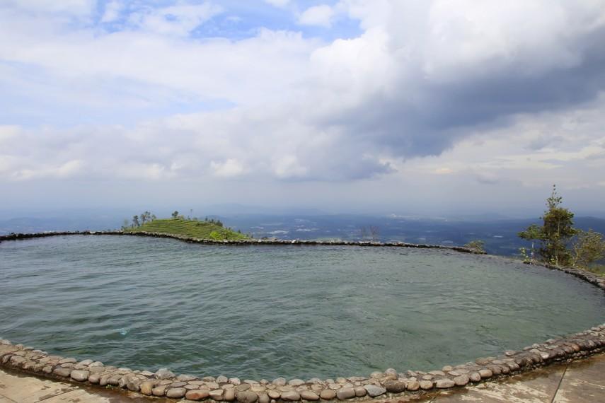 Kolam renang yang memberikan kesegaran saat berenang di Umbul Sidomukti