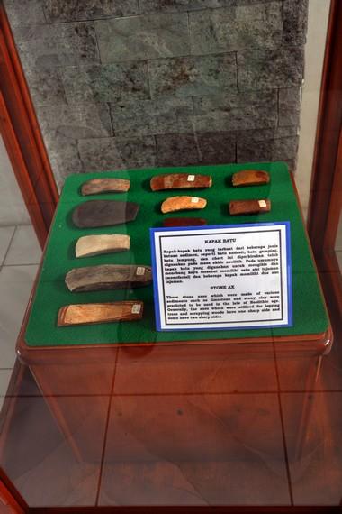Koleksi peninggalan purbakala berupa kapak batu yang ditemukan di Aceh