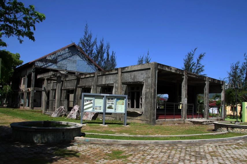 Komplek ini merupakan lahan bekas Rumah Sakit Umum Meuraxa yang juga hancur diterjang Tsunami
