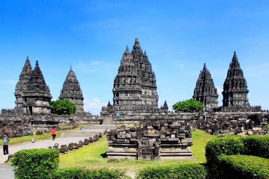 Kompleks Candi Prambanan memiliki tiga candi besar yang menarik perhatian wisatawan