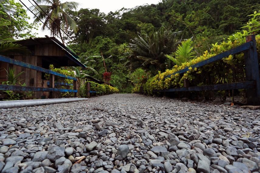 Kondisi jalan di Desa Tablanusu yang seluruhnya ditutupi kerikil berwarna keabuan