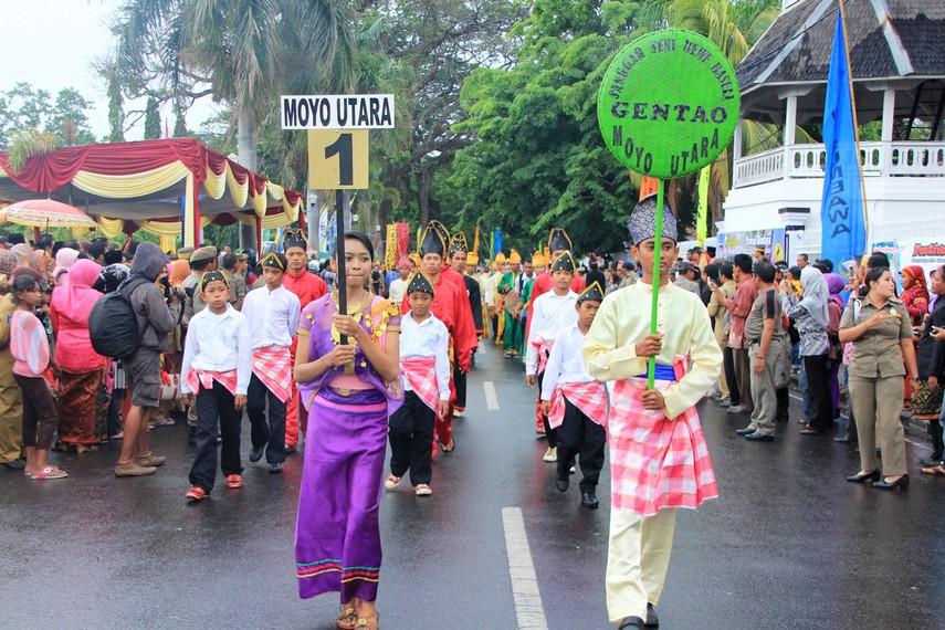Kontingen dari Moyo Utara ikut memeriahkan Festival Moyo dengan membawakan beberapa kesenian dari wilayah mereka