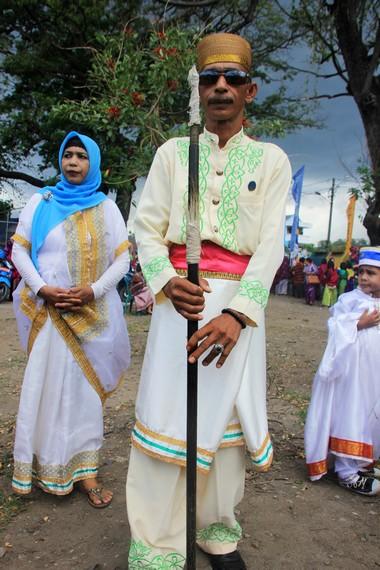Kopiah dan pernik yang digunakan pada baju adat pria memiliki kesamaan dengan baju adat Sulawesi Selatan