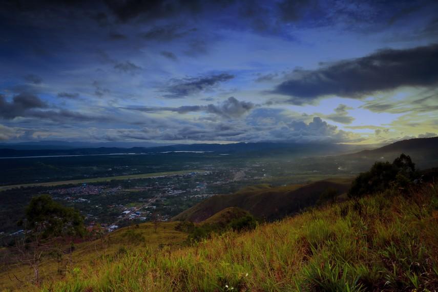 Kota Sentani berada di wilayah Kabupaten Jayapura dan dapat ditempuh selama 60 menit dari kota Jayapura
