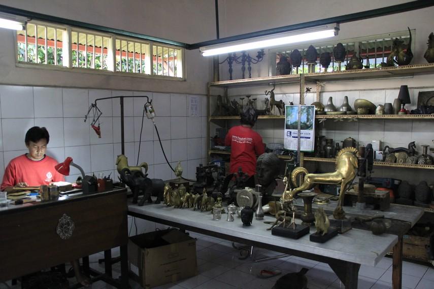 Para perajin dan hasil kerajinan perak Kotagede