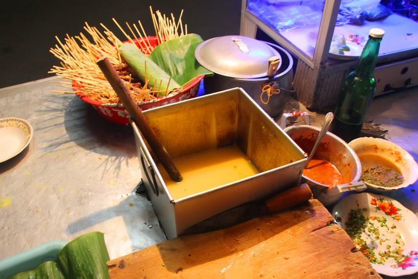Kuah soto menjadi ciri khas hidangan Sate Matang