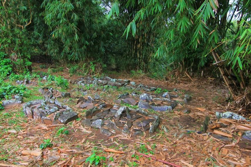 Kuburan tanpa nisan menjadi salah satu ciri kuburan yang ada di Desa Tepal