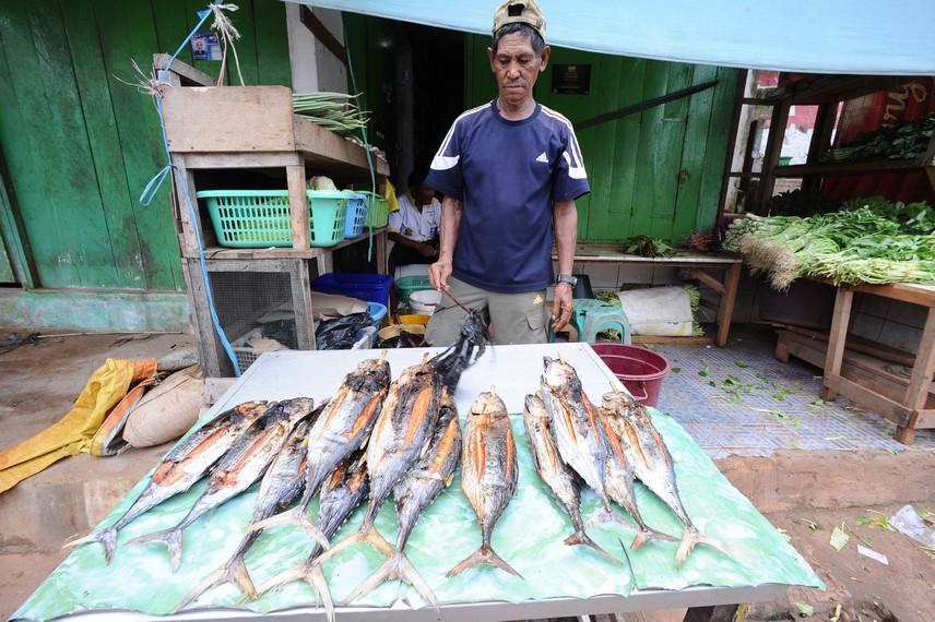 La Anne menjual Ikan Asar buatannya di pasar dok 9 Jayapura, Papua