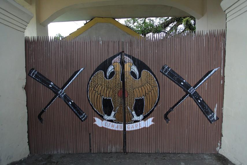 Lambang Kesultanan yang berupa Garuda berkepala dua